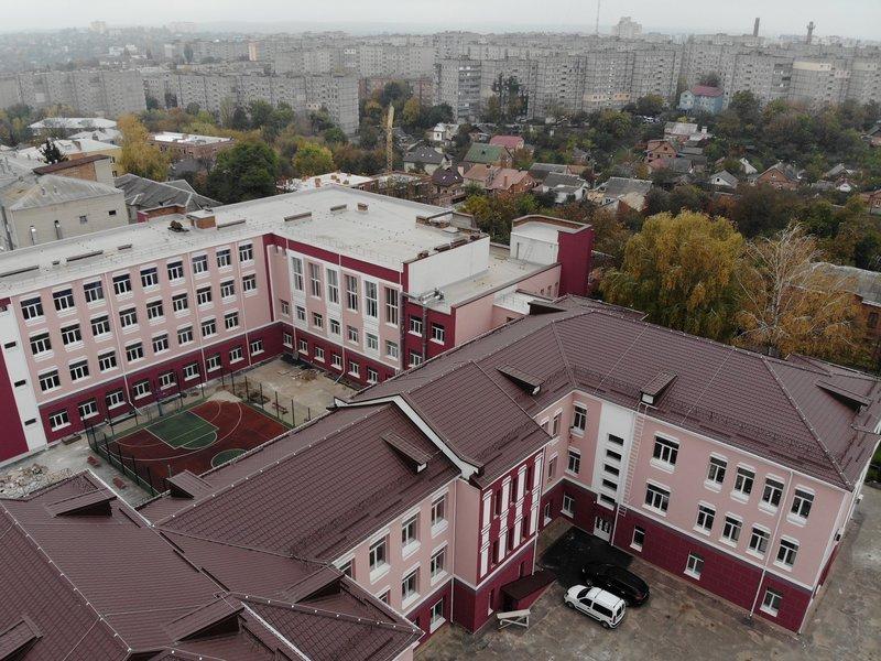 В Виннице утеплили и покрасили в бордо школу-гимназию №1
