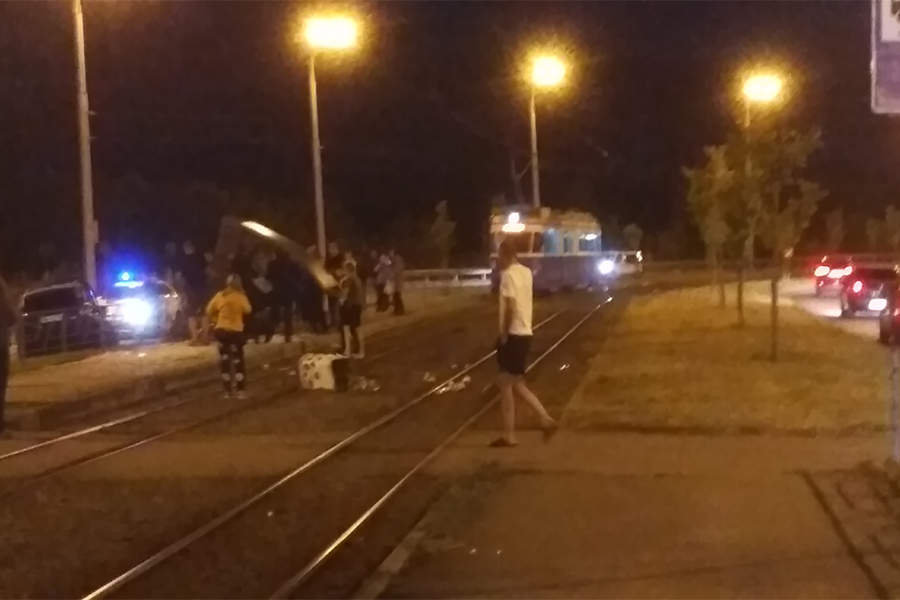 Новини Вінниці / У Вінниці іномарка розтрощила зупинку, постраждав лише водій (ФОТО)