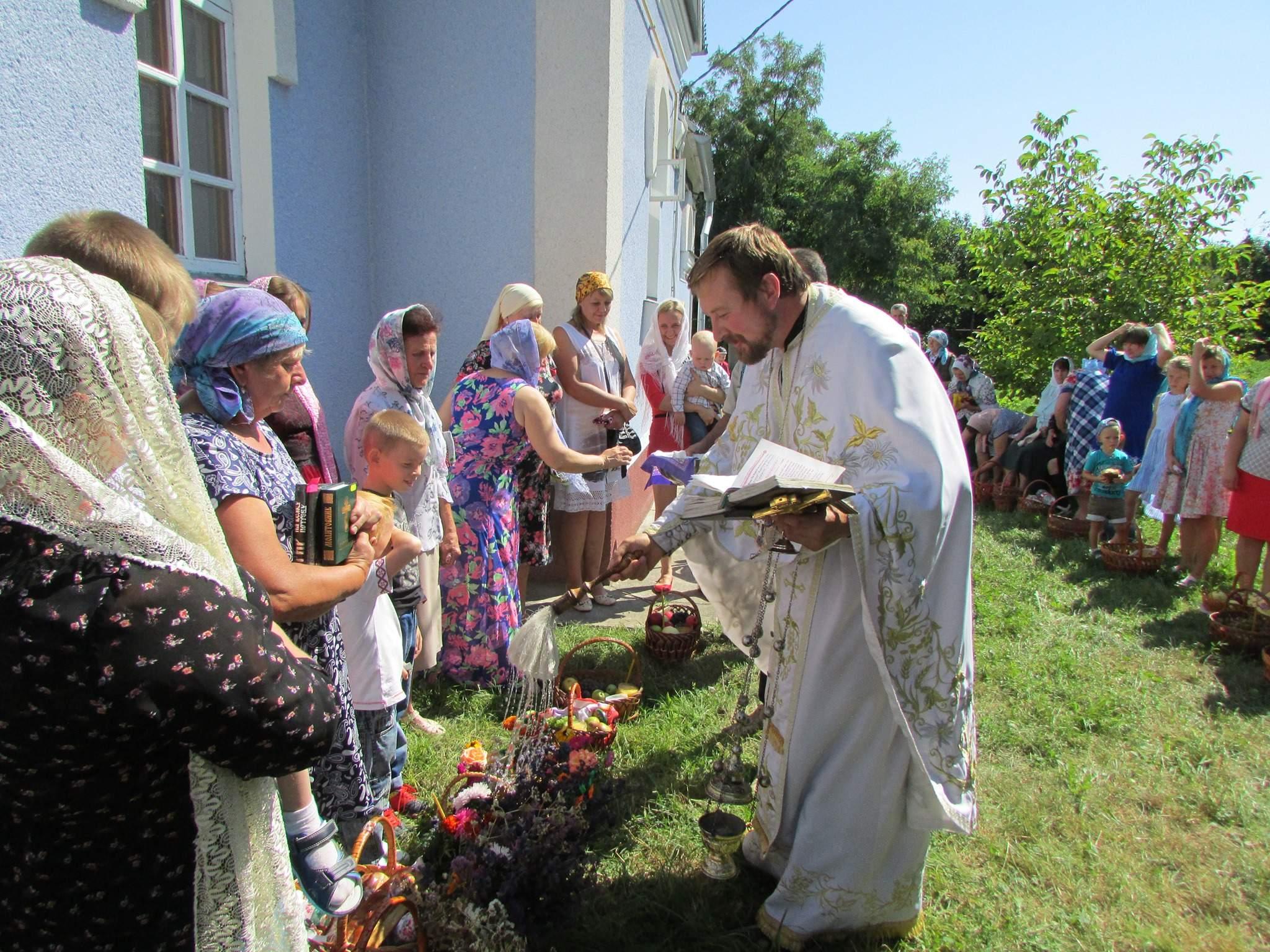 Новини Вінниці / Третя релігійна громада ПЦУ на Вінниччині освятила і підняла біля храму національний прапор (ФОТО)