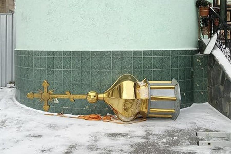 Новини Вінниці / У Вінниці священик Московського патріархату скинув купол з храму, який залишає