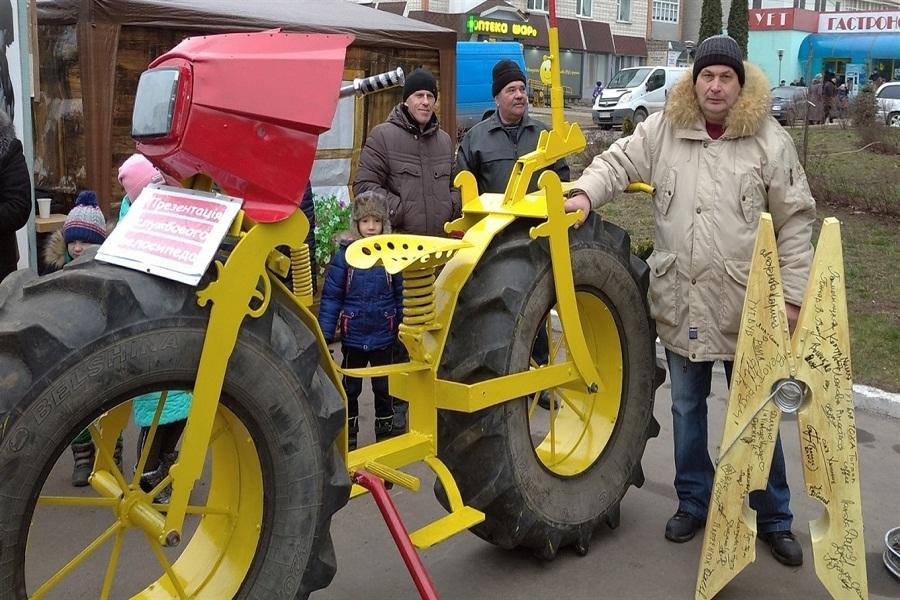 """Новини Вінниці / На Вінниччині """"винайшли"""" велосипед на тракторних колесах"""